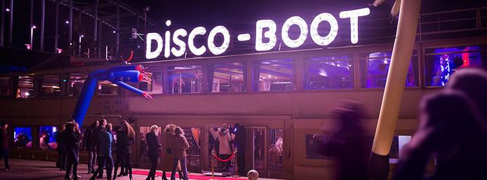 Aan boord van de discoboot kunnen maximaal 450 personen.