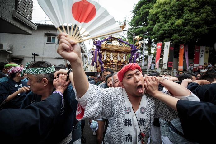 Op straat in Tokio wordt het aantreden van de nieuwe keizer gevierd.
