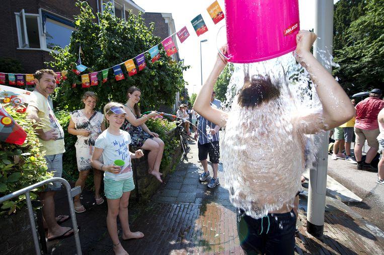 Een oververhitte toeschouwer tijdens de Tour de France in Utrecht koelt even rigoreus af. Beeld EPA