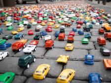 De straat die ooit van ons allemaal was, is nu van het verkeer
