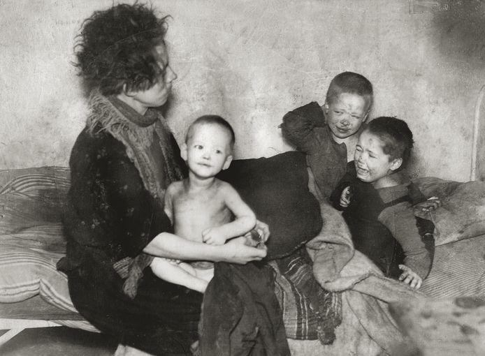 UTRECHT, 23 DECEMBER 1944 Op 23 december 1944 treft een inspecteur van de Stichting Volkswoningen in een huisje aan het Houtplein in Utrecht een schokkende situatie aan. Een moeder en haar drie kinderen zijn verhongerd, vervuild en ze hebben schurft. Hij waarschuwt een arts; moeder en kinderen worden naar een ziekenhuis gebracht. Voor de twee jongsten komt de reddingspoging te laat, zij overlijden de volgende dag. De moeder en het oudste kind overleven de oorlog. In huizen van de Stichting Volkswoningen woonden mensen onder toezicht. De moeder en de kinderen waren door de vader in de steek gelaten, en volgens een verslag van de inspecteur was de moeder vanaf september niet meer tegen de situatie opgewassen. Vooral mensen met een klein sociaal netwerk hadden het zwaar tijdens de Hongerwinter.