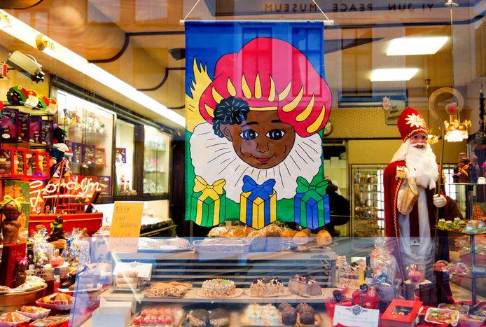 Een voorbeeld van een winkeletalage die volgens actiegroep Kick Out Zwarte Piet echt niet meer kan.