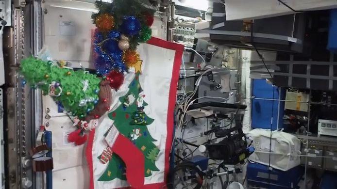 De bemanning van het Internationaal Ruimtestation ISS viert het nieuwe jaar met een kerstboom.