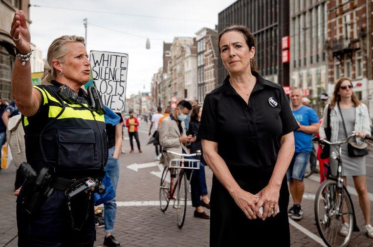 Burgemeester Femke Halsema in gesprek met een politieagente tijdens het protest op de Dam.Beeld  Beeld ANP