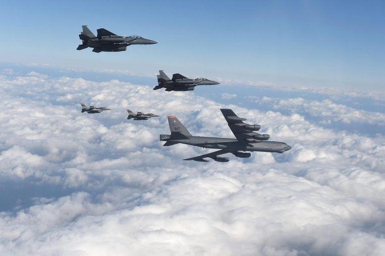 Begeleid door Amerikaanse F-16's en Zuid-Koreaanse F-15's vliegt een B-52 in januari over Zuid-Korea, kort nadat Pyongyang een waterstofbom heeft getest. De B-52 en de B-1 kunnen vanaf grote afstand nucleaire kruisraketten afvuren op doelwitten in Noord-Korea. Beeld EPA