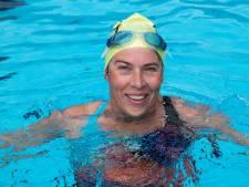 Reumapatiënte Elsa Kamp (47) uit Putten zwemt alsnog in het kielzog van Maarten van der Weijden