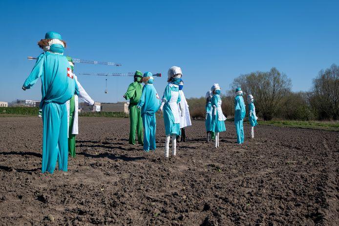 Vogelverschrikkers danken de helden van de zorg vanop een veld in Willebroek