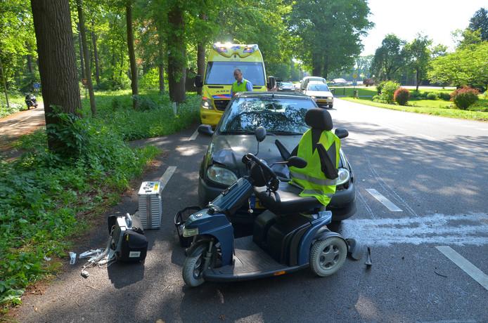 De scootmobiel en de auto werden afgesleept.