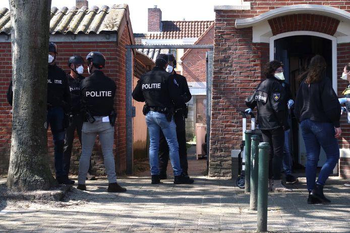Speciale eenheid van de politie valt woning aan de Ahornstraat binnen.
