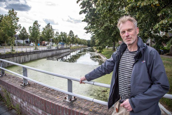 Historicus Jos Mooijweer bij de Willemsvaart in Zwolle. De vaart - die zijn scheepvaartfunctie allang kwijt is en later deels gedempt werd - bestaat precies 200 jaar.