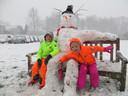 Olivier en Lieve vergezellen hun sneeuwpop op een bankje in Ravenstein.