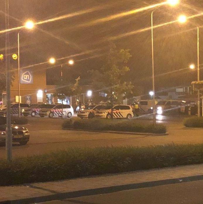 De politie trok zich in de nacht van zaterdag op zondag terug van de massale vechtpartij om op de parkeerplaats in het centrum te hergroeperen. © Twitter: @jarne97