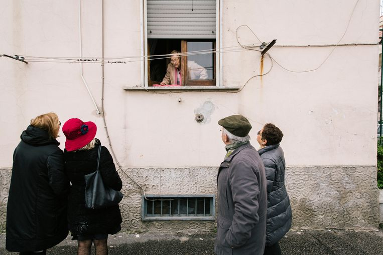 Toeristen bezoeken Rione Luzzatti. Beeld Gianni Cipriano
