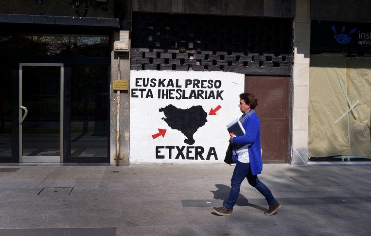 Een muurschildering in het Baskische stadje Amorebieta roept op tot het vrijlaten van Eta-strijders. Beeld REUTERS