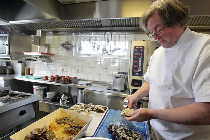 Jan Klerq  hier nog aan het werk in zijn restaurant Diekhuus.  Over een paar maanden  gaat het etablissement weer open  met een nieuwe eigenaar.