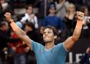 Rafael Nadal viert zijn zege op Novak Djokovic.