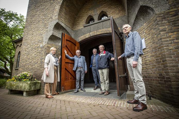 Vrijwilligers uit de verschillende geloofsgemeenschappen van de Plechelmusparochie uit Rossum, Weerselo, Deurningen en Saasveld. V.l.n.r.: Anny Masselink, Henk Hofhuis,  Henk Eertman, Henk Mulder en Marcel Meijer.