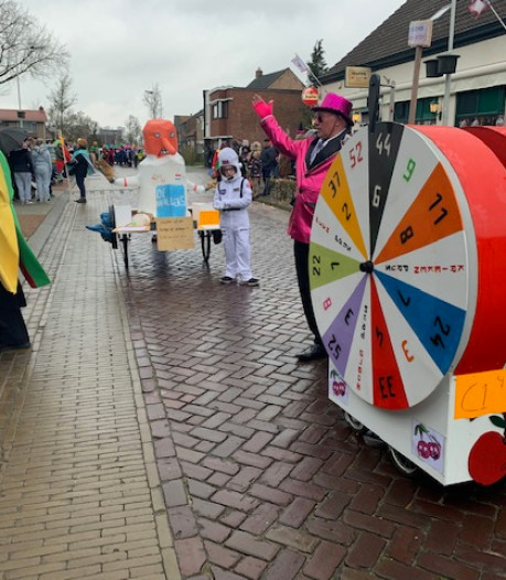Kortere carnavalsoptochten door ontbreken wagens, maar de sfeer zit erin