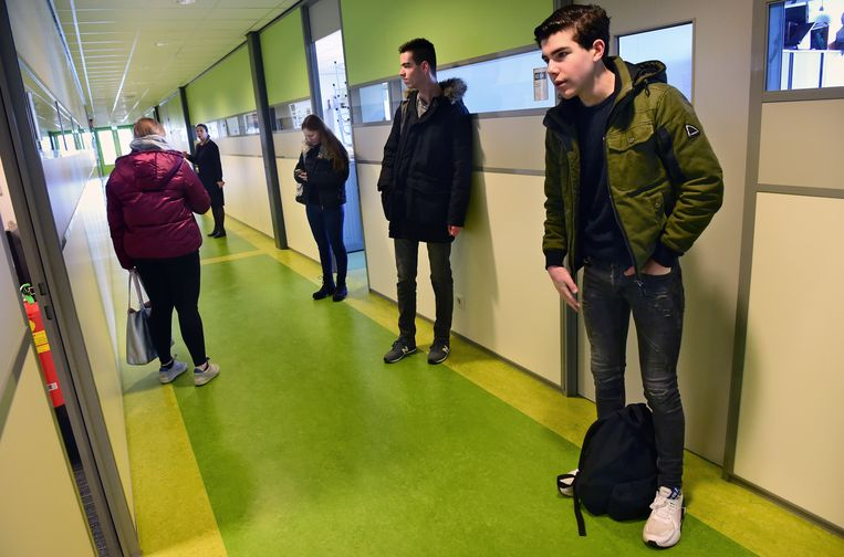 Eindexamenleerlingen wachten op de gang tot ze het lokaal in mogen. Beeld Marcel van den Bergh