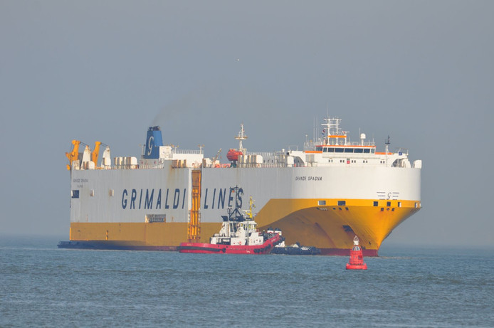 Grande Spagna met sleepboot langszij bij Terneuzen.