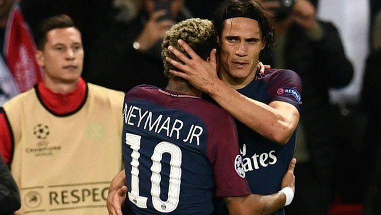 Neymar krijgt een knuffel van Cavani Beeld anp