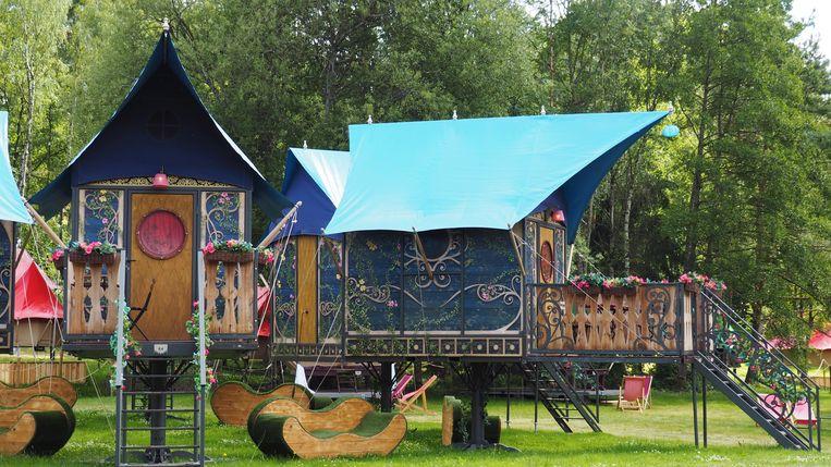 Op het terrein staan niet alleen tenten, maar ook schattige huisjes, volledig in Tomorrowland-stijl.