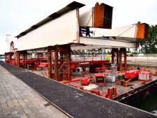 Eerste delen van spoorbrug gearriveerd