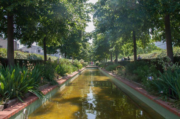 Inspiratie voor Rotterdam: een waterpartij op de Promenade plantée in Parijs, in het twaalfde arrondissement. Beeld Photo News