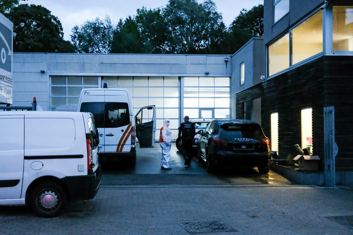La victime a été retrouvée morte jeudi avec des ciseaux plantés dans le cœur dans son atelier situé chaussée de Saint-Job à Uccle.