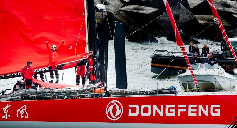 Winnaar Dongfeng Race Team met de Nederlandse Carolijn Brouwer (zwaaiend) na de aankomst van de Volvo Ocean Race in Scheveningen.  Beeld Freek van den Bergh