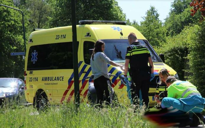 De scooterrijdster reed tegen een paal in Hapert.