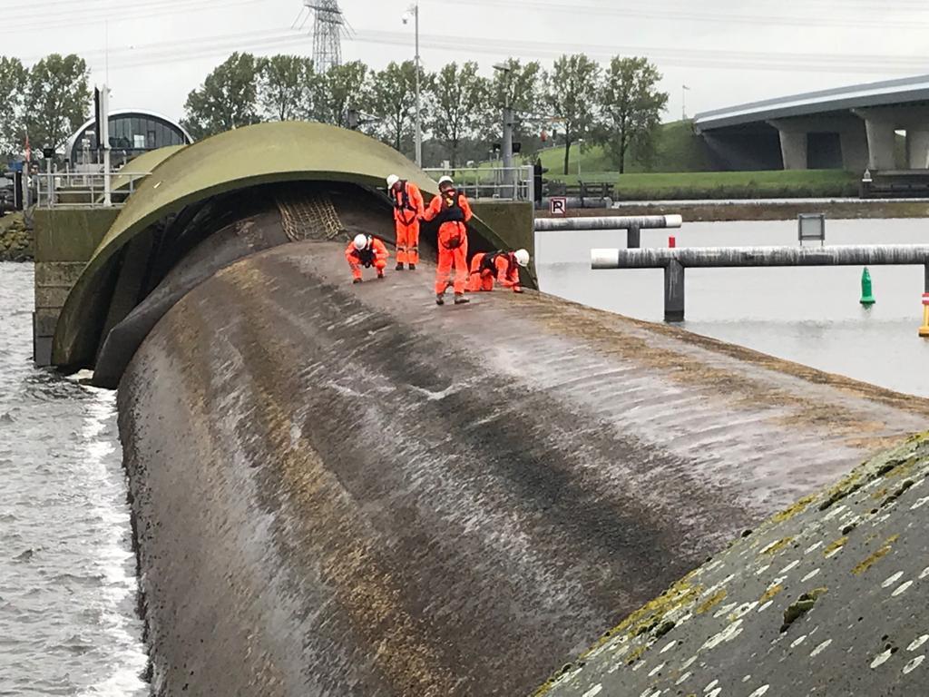Testsluiting bij stormvloedkering Ramspol.