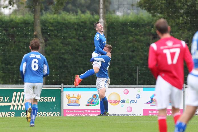 Tom te Boekhorst (rechts) viert een doelpunt met GVA-teamgenoot Robin Swaters.