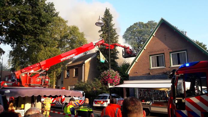 De brandweer probeert het vuur in Beekbergen te blussen.