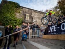 Spectaculaire race door de Nijmeegse binnenstad: met mountainbike de trappen af
