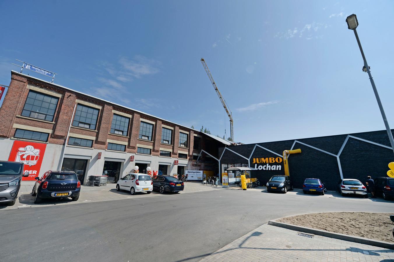 Verpauperde winkelcentrum De Bothoven heeft facelift gekregen. Na vertrek van Emte is nieuwe Jumbo nu geopend. Supermarkt heeft stijlvol, modern uiterlijk gekregen. Ook omgeving en parkeerplaats zijn aangepakt.