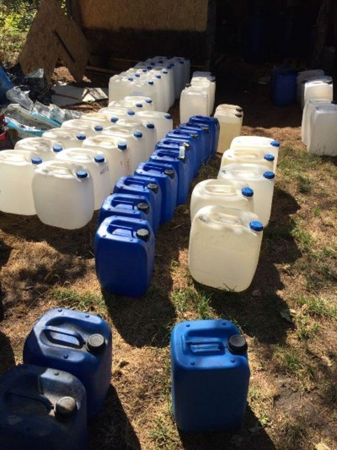 De politie heeft vaten met vloeistoffen in beslag genomen, bedoeld voor de productie van drugs.