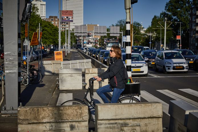 Aan de noordkant van de Erasmusbrug is een rijbaan voor auto's afgesloten om meer ruimte te maken voor fietsers.