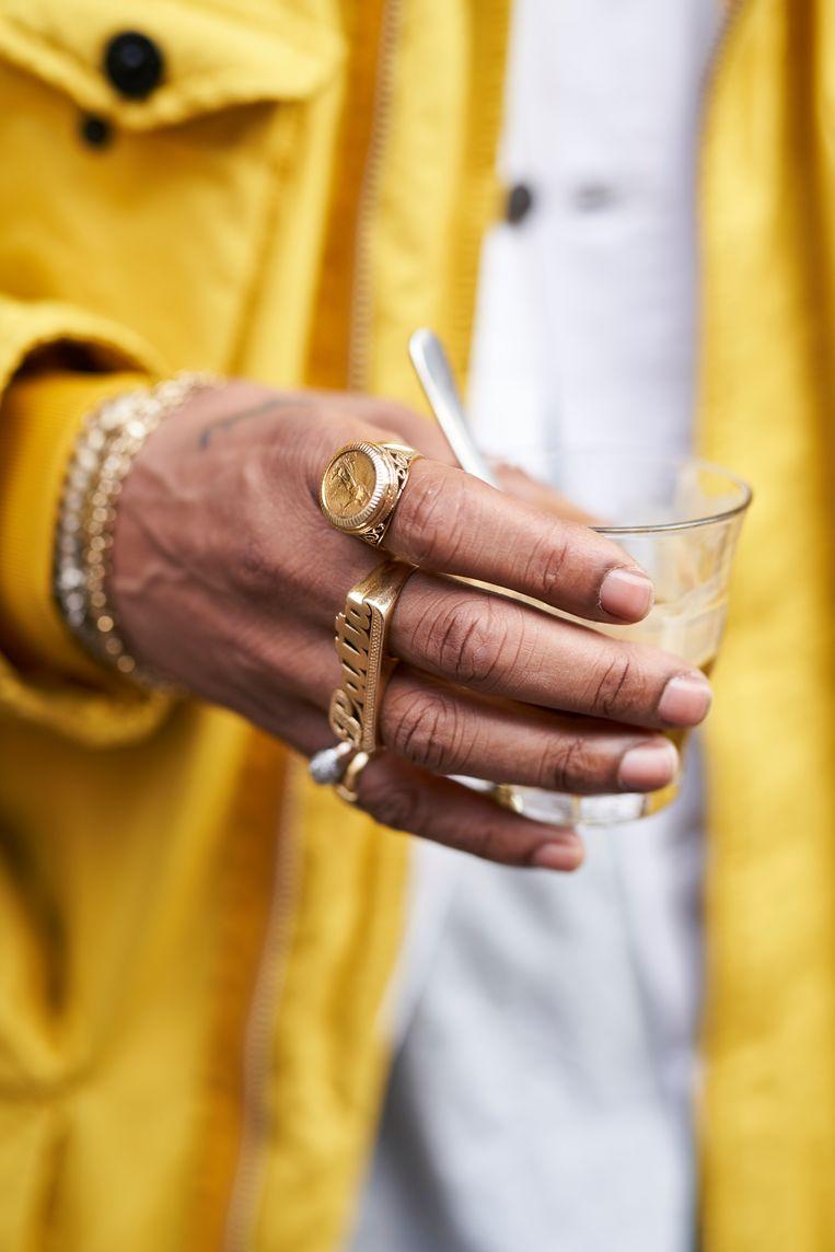 De tweevingerring, gekocht in een winkel in The Bronx, New York.  Beeld Jordi Huisman