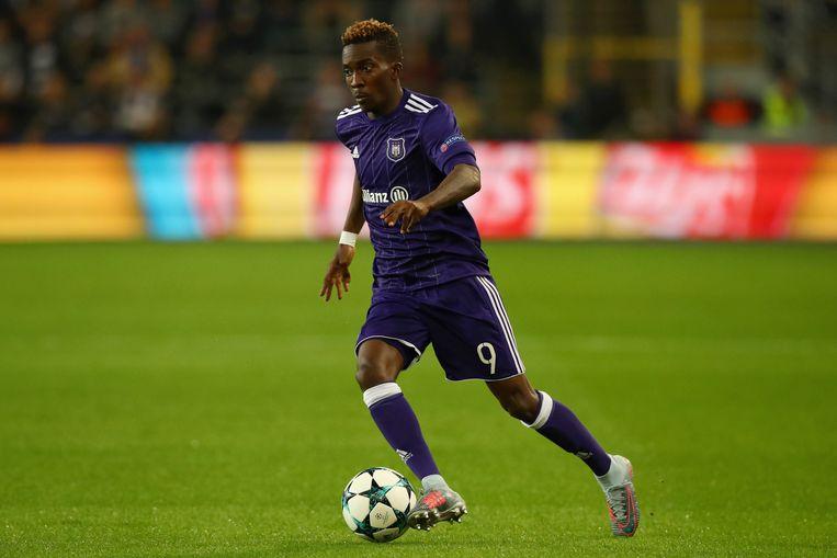 Henry Onyekuru dribbelt met de bal aan de voet.