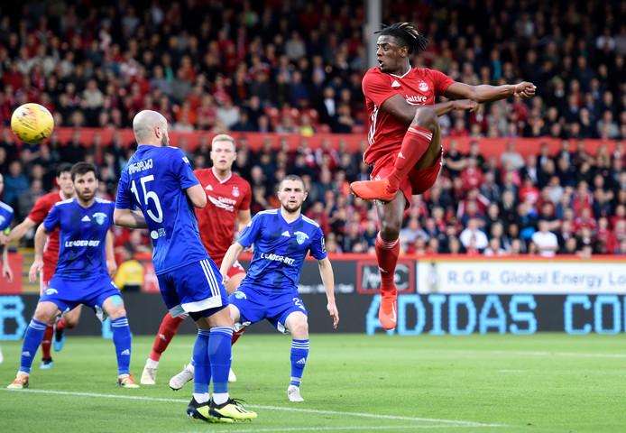 Greg Leigh neemt de bal op de slof in het Europa League-duel voor Aberdeen.
