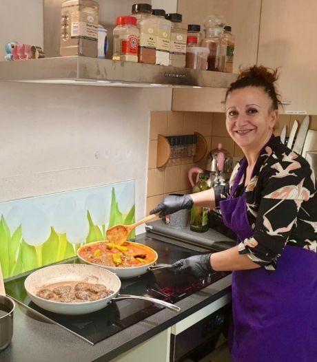 Amersfoortse ouderen genieten van gezond en sociaal kookproject: 'Dit is juist in coronatijd zó belangrijk'