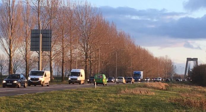 Opstropend verkeer tussen de Heusdense brug en de rotonde bij de Kromme Nol.