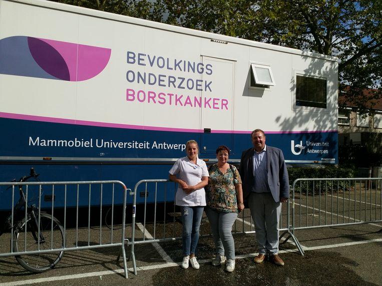 De mammobiel van de Universiteit Antwerpen toert door heel Vlaanderen om vrouwen te screenen op borstkanker.