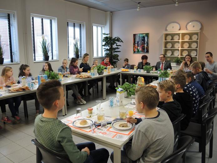 Scholieren brengen ontbijtje bij de burgemeester for Stoop eindhoven