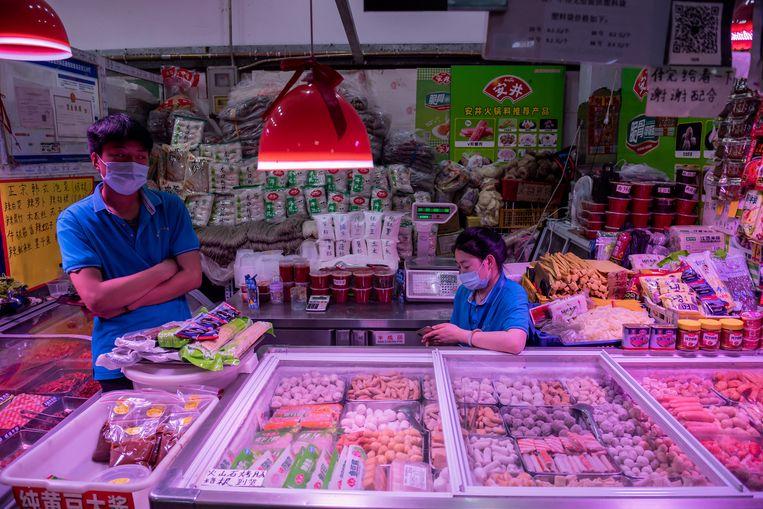 Vlees en vis op een markt in Beijing. China vermoedt dat de uitbraak op een markt in juni kan zijn veroorzaakt door besmetting via bevroren voedsel. Beeld Hollandse Hoogte / AFP