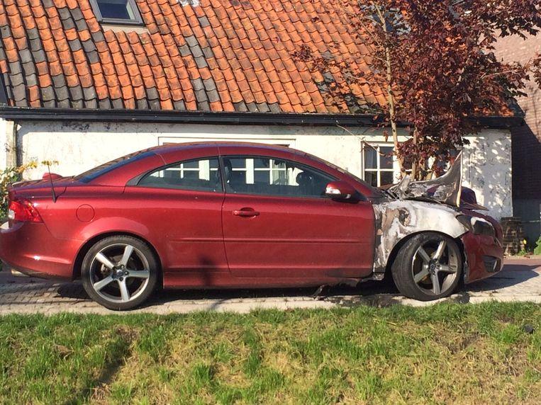 Een van de verbrande auto's. Beeld Pieter Hotse Smit