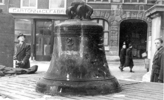De tijdens de bezetting verdwenen luidklok van het stadhuis staat voor het stadhuis te wachten om zijn oude plek terug te keren (1945).