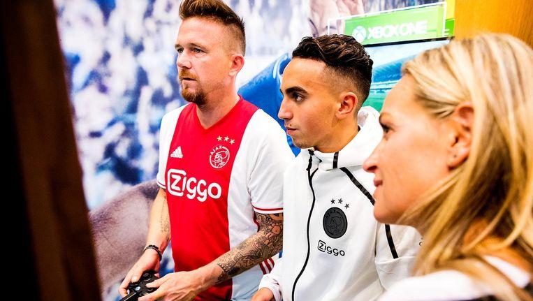 Johnny de Mol (L) en Abdelhak Nouri van Ajax tijdens de opening van de FIFA 17 Xperience. Beeld anp