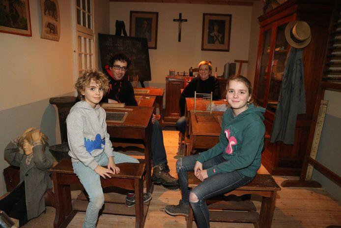 Miro en Estra Van Tassel en hun ouders waren de laatste bezoekers van het onderwijsmuseum.